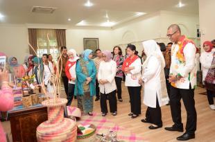 Hj Zulaikah Wardan,Stand Pameran Dekranasda Inhil Di Kunjungi oleh Ibu Negara Iriana Joko Widodo