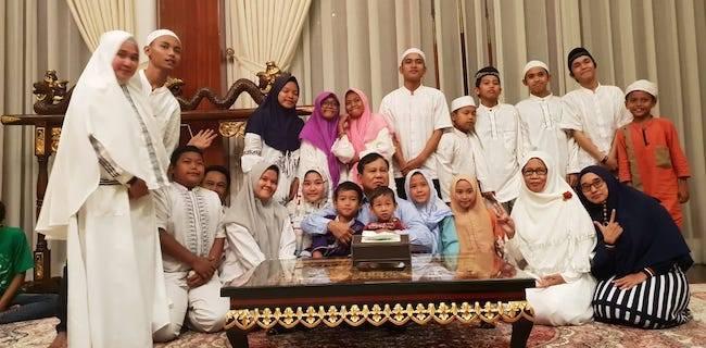 Malam Tahun Baru, Prabowo Bercengkerama dengan Anak Yatim dan Kaum Disabilitas