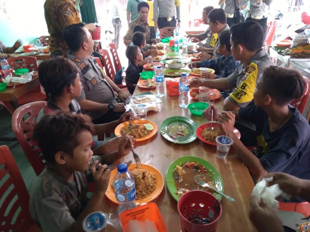 Jumat Barokah, Kapolres Inhil dan Jajaran Makan Bersama Anak Keluarga Kurang Mampu