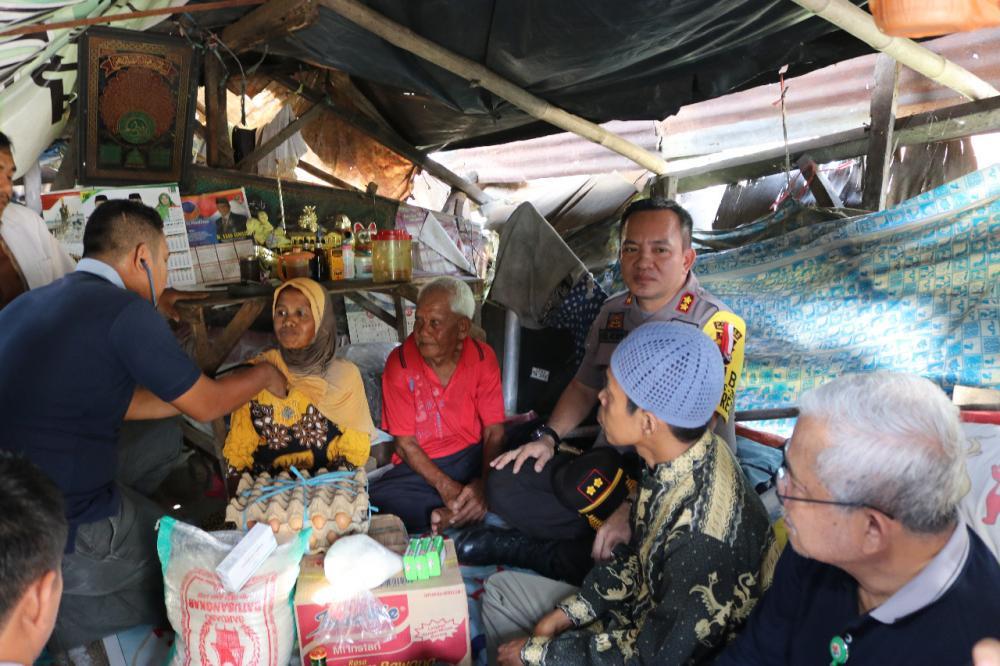 Polres Inhil Bersama IDI Berikan Batuan Bagi Keluarga Miskin di Kota Tembilahan Ini..