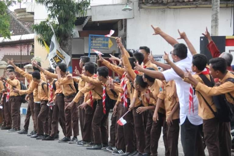 """Heboh Jokowi Disambut """"Dua Jari"""" di Ponorogo"""