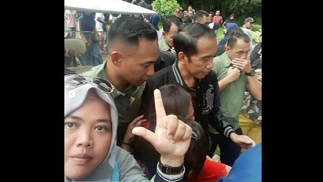 Challenge Greget Abad Ini, Pose Dua Jari di Depan Jokowi