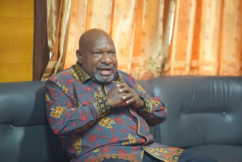 Bupati Nduga Klarifikasi Foto Anaknya yang Memegang Bendera Bintang Kejora