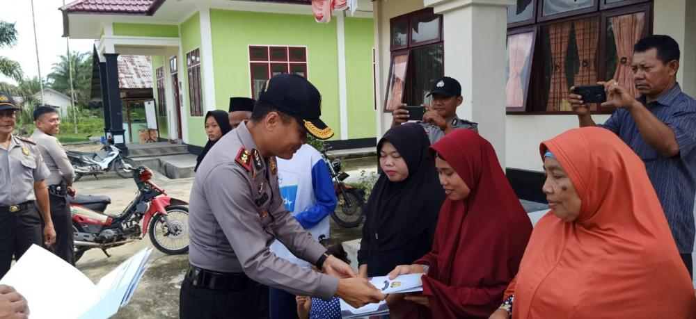 Polres Kampar Salurkan Zakat Personel untuk Dhuafa di Desa Bukit Sembilan dan Pulau Rambai