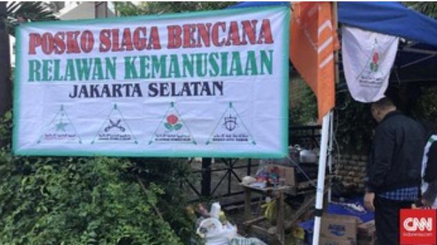Posko Bantuan Banjir  Jakarta FPI, Berdampingan Dengan Gereja .