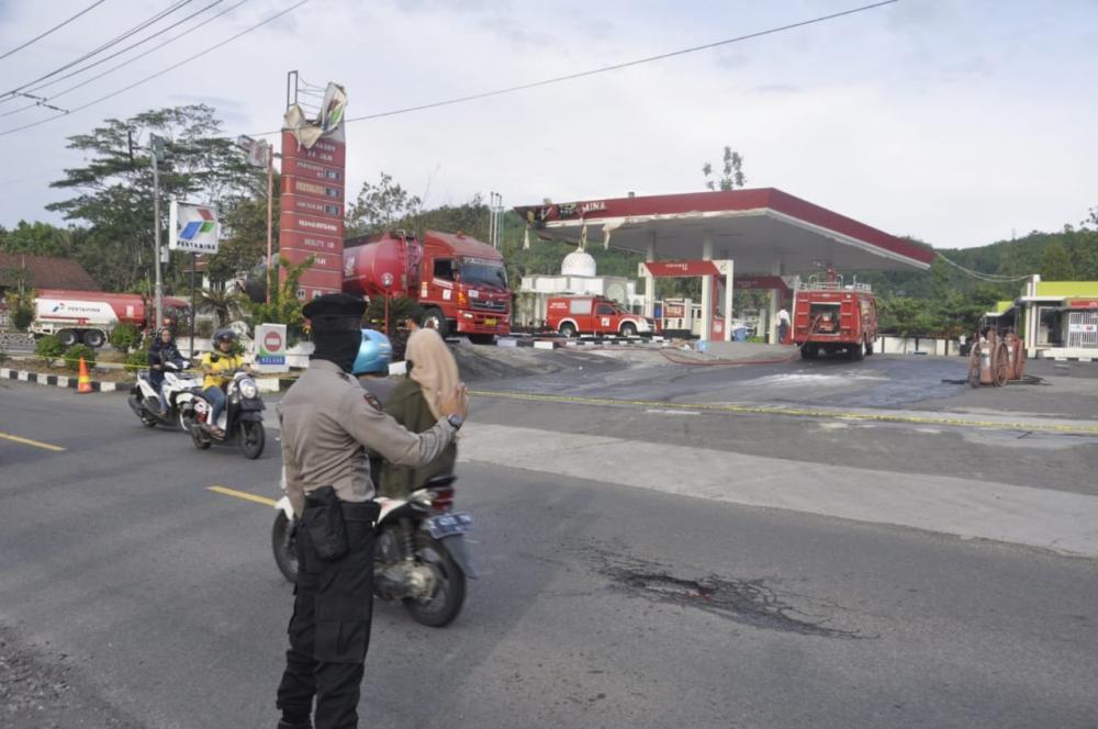 Mobil Tangki Milik Pertamina Terbakar di SPBU Batulawang
