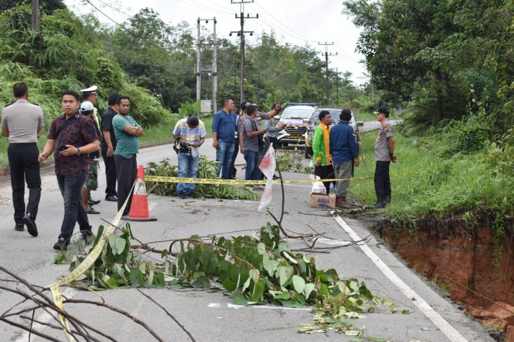 Kapolres Kampar Tinjau Bahu Jalan yang Amblas di KM 91 Jalan Lintas Riau - Sumbar
