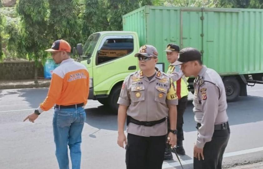 Kapolres Banjar Cek Kondisi Terakhir Perihal Tanah Longsor yang Menimpa Jalan Raya Provinsi Jabar-Jateng di Jalan Brigjen M. Isa Cipadung Kota Banjar