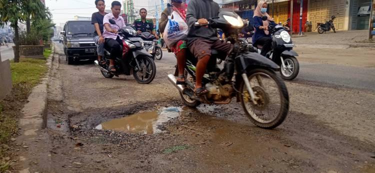 Pengendara Keluhkan Jalan Lintas Sumatera di Rohil Rusak
