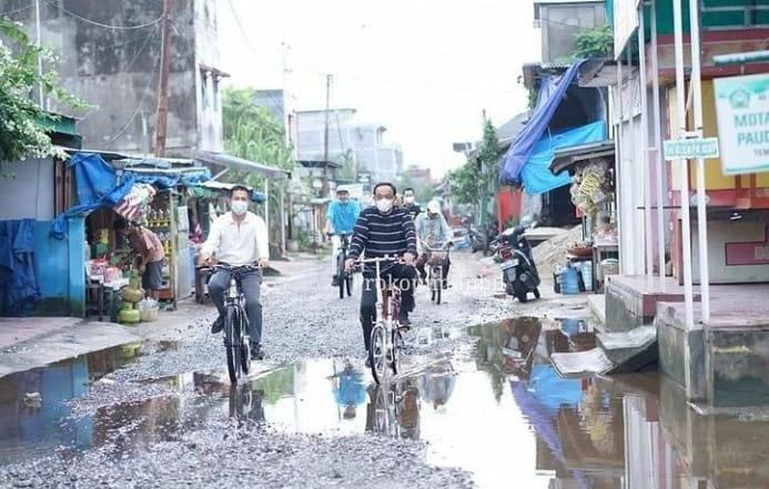 Sambil Bersepeda, Bupati Inhil HM. Wardan Tinjau Infrastruktur di Kecamatan Tembilahan Hulu
