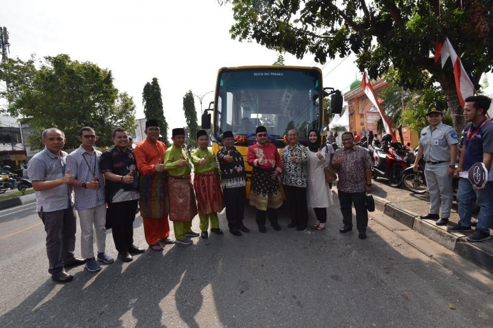 Di HUT Kampar Ke -70 PT.Agung Toyota serahkan satu unit Bus Sekolah ke Pemkab Kampar