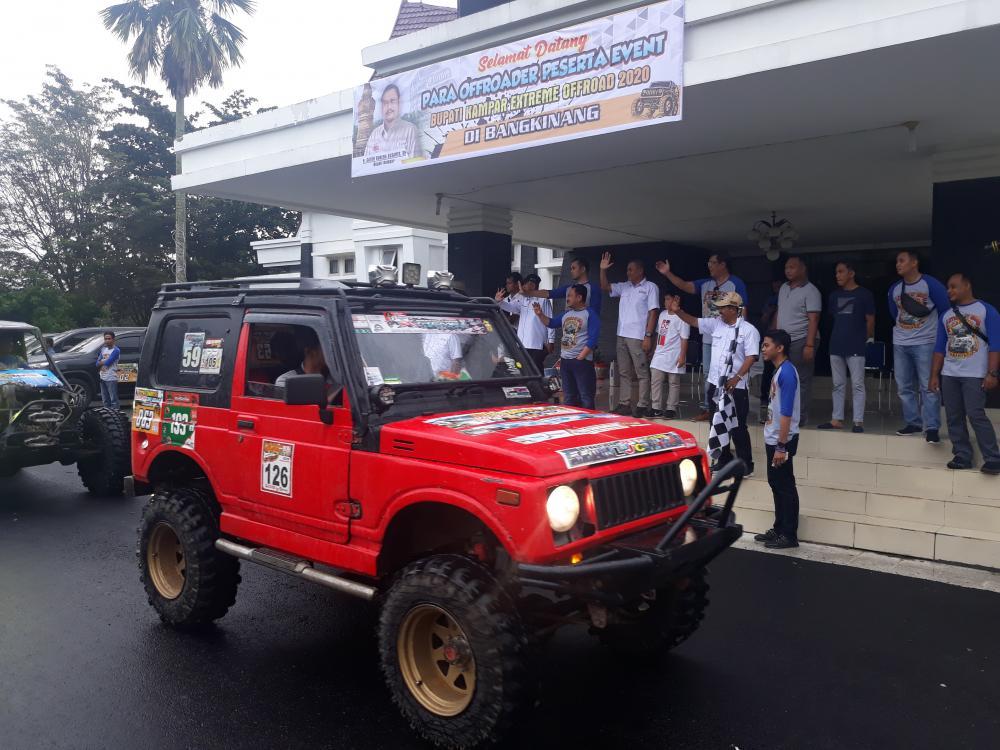 Bupati Kampar Melepaskan Star  Para Off-Roader Peserta Event di Depan Rumah Dinas Bupati kampar.