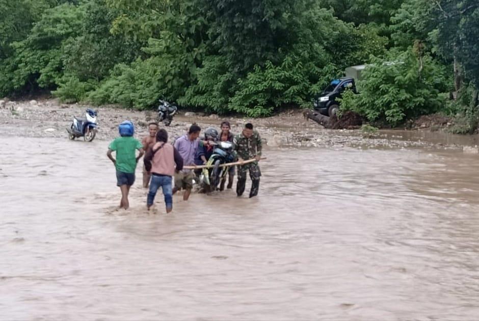 Berjibaku Dengan Arus Sungai, Satgas Yonif 132/BS, Membantu Evakuasi Kendaraan Masyarakat Perbatasan .