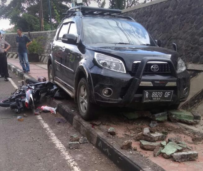 Sepeda Motor Hilang Kendali Tabrak Minibus, Pengendara Luka Parah