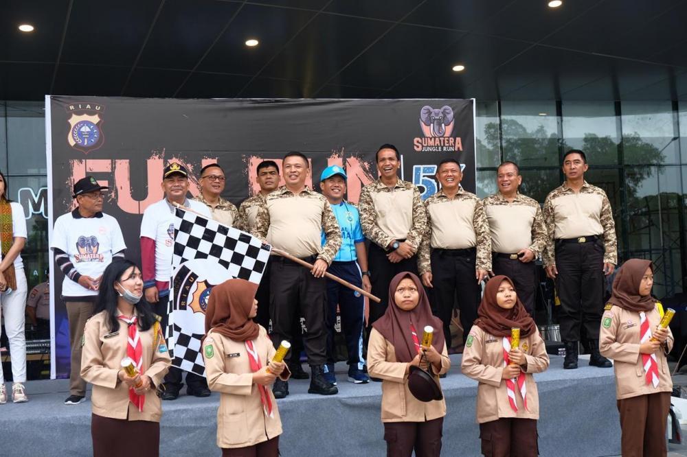 *Kapolda Riau Lepas Peserta Lomba lari Fun Run Di Kota Dumai*