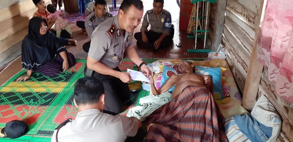 Kapolsek Kampar Kiri Kunjungi dan Bantu Warga Penderita Hepatitis B di Desa Sei Geringging