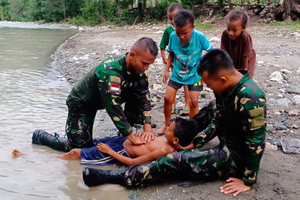 Aksi Heroik, Satgas Yonif 132/BS, Selamatkan Seorang Anak Yang Terseret Arus.