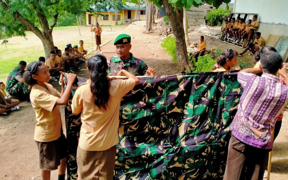 Satgas Yonif 132/BS, Ajarkan Murid SMP Letenaek Pramuka, Mendirikan Tenda tingkatkan keterampilan.
