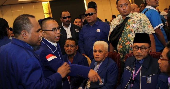 Kongres PAN V Dikendari Ricuh,Dua Kubu Saling Lempar Kursi