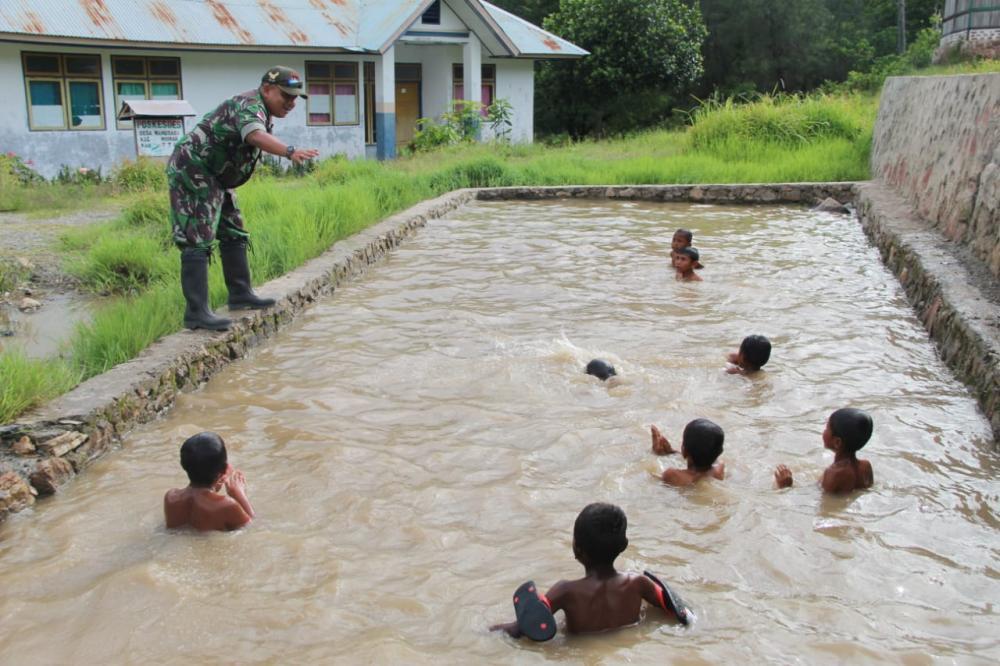 Cita-Cita Ingin Menjadi TNI, Satgas Yonif 132/BS Ajarkan Renang Kepada Anak Perbatasan