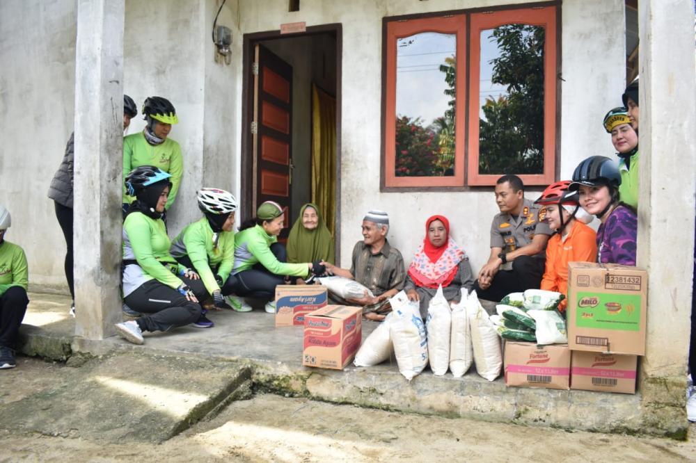 Ketua Bhayangkari Daerah Riau Ny. Ernie Agung Setya Bantu Warga Kurang Mampu di Desa Sipungguk
