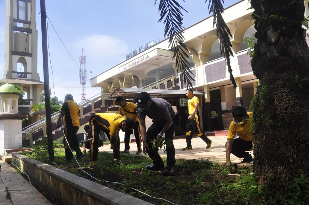 Polres Banjar Gelar Kerja Bakti di Sejumlah Rumah Ibadah di Kota Banjar