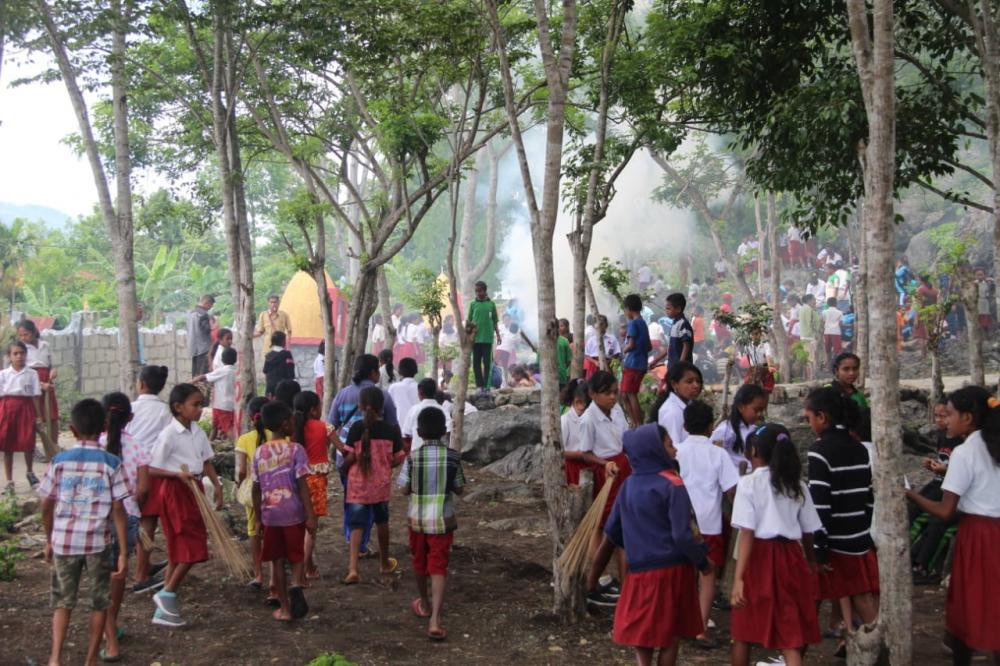 Satgas Yonif 132/BS, Mengajarkan Anak Sekolah Bersama-sama Gotong Royong Membersihkan Lingkungan
