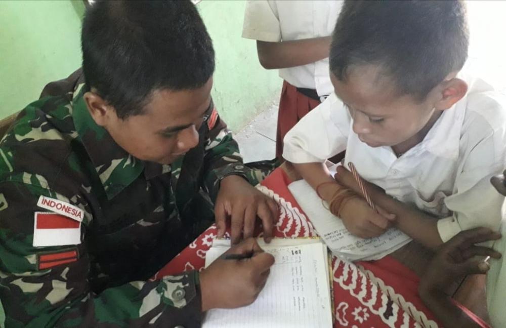 Satgas Yonif 132/BS, Menjadi Guru di Perbatasan dengan Peduli Pendidikan