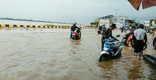 Hujan Disertai Air Pasang Dalam, Sejumlah Aktivitas RSUD dan Jalanan Terganggu di Inhil