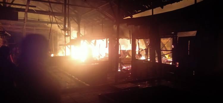 Puluhan Kios Pasar Pajak Lama Bagan Batu Terbakar Tadi Malam