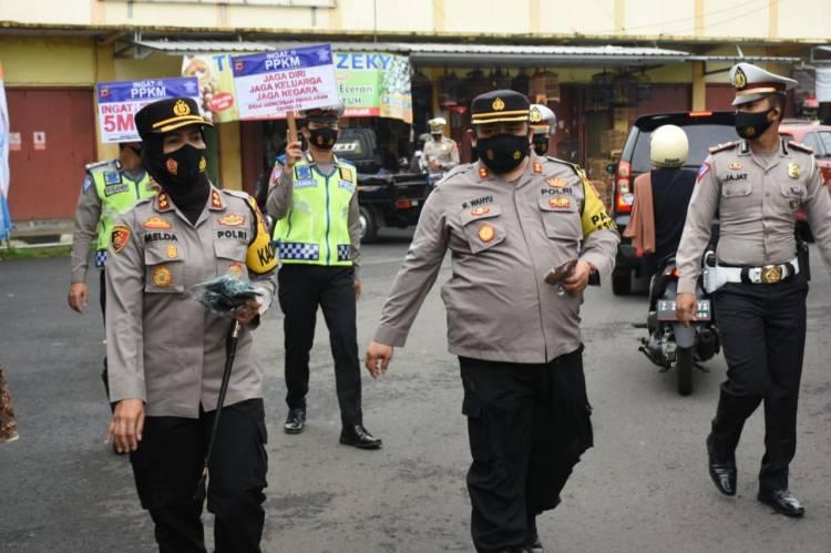 Kapolres Banjar dan Pamen Asistensi Polda Jabar Sampaikan Imbauan Prokes dan Bagikan Masker