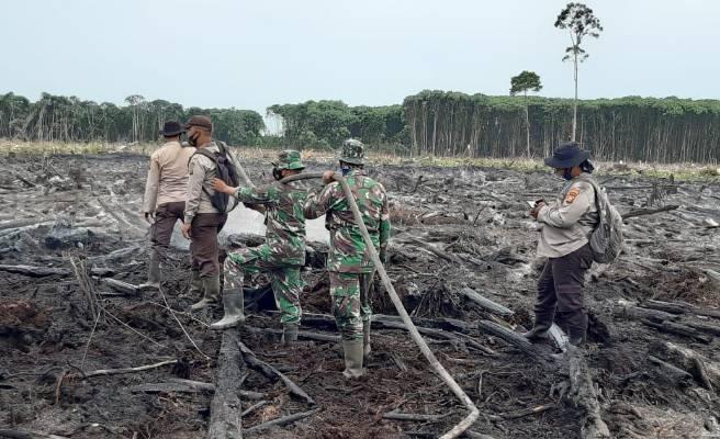 Babinsa Koramil  Rupat  Sigap Padamkan Api yang Membakar Lahan di Desa Sukoharjo Mesim