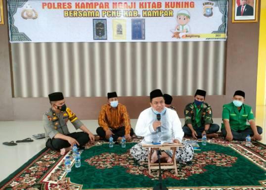 Personel Polres Kampar Bersama PCNU Kabupaten Kampar Adakan Pengajian Kitab Kuning