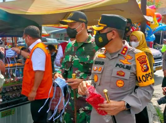 Forkopimda Kabupaten Kampar Bagikan Masker untuk Masyarakat di Kawasan Plaza Bangkinang