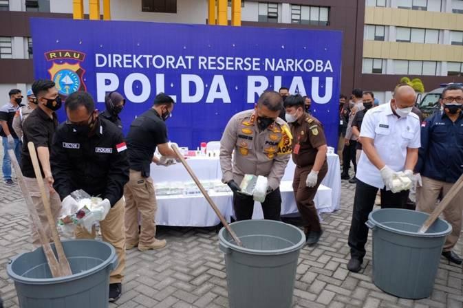 Kapolda Riau Ungkap Pelaku Tindak Pidana Narkoba Jenis Cair dan Musnahkan 20 Kg Sabu