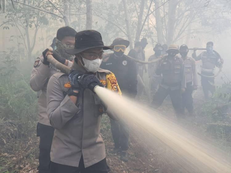 Tanpa Lelah Selama 2 Hari Kapolres Inhil Pimpin Pemadaman Karlahut di Kecamatan Kempas