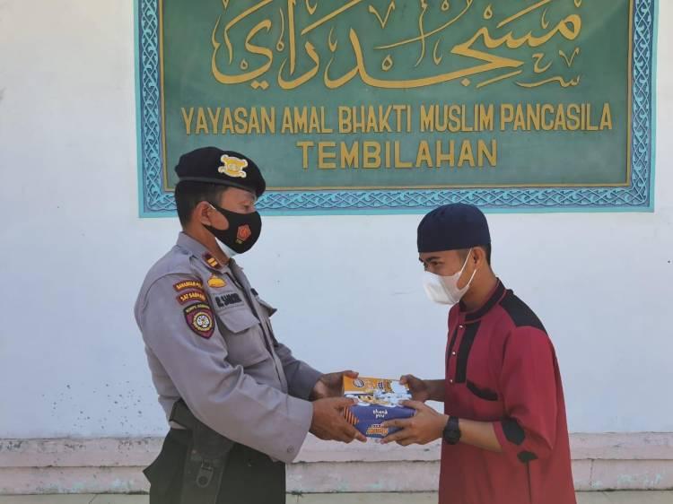Jumat Berkah Polres Inhil Bagikan Nasi Kotak ke Marbot dan Petugas Kebersihan Masjid