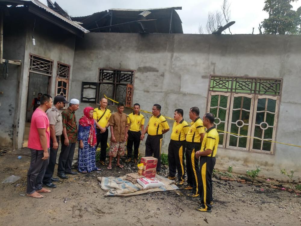 Polsek Manyak Payed Berikan Bantuan Sembako Kepada Warga Korban Kebakaran