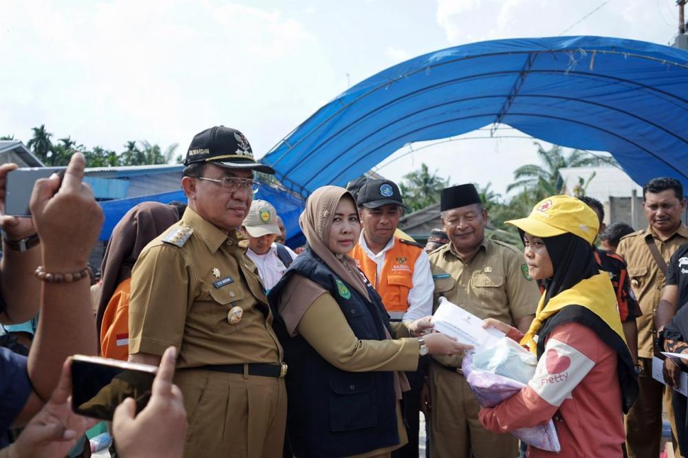 Ketua PMI Serahkan Bantuan Kepada Korban Kebakaran di Kempas Jaya.