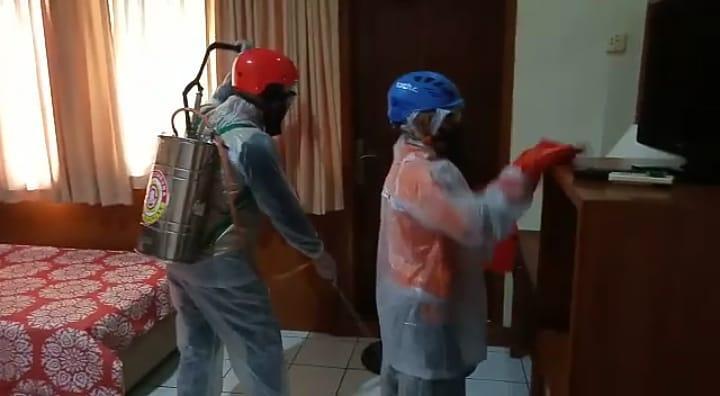 Beredar Informasi Satu Keluarga Nginap Di Salah Satu Hotel Terpapar Virus Corona Petugas  Menyemprotkan Disinfektan Keseluruh Kamar