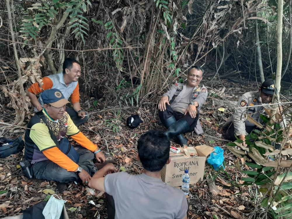 Kapolres Inhil dan jajarannya Beserta Ketua IWO Inhil dan Relawan Karhutla Santap Siang Usai Berjibaku Padamkan Api