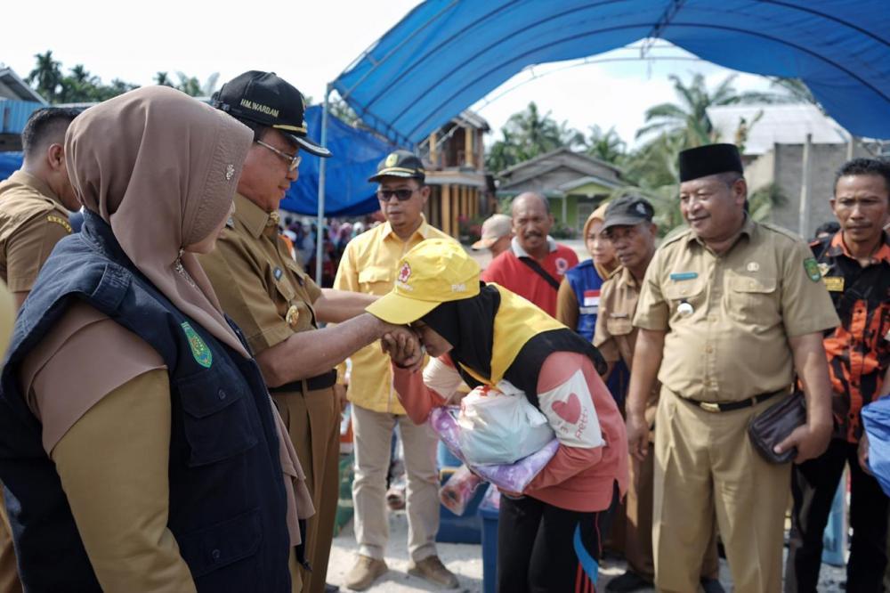 Bupati HM.Wardan Salurkan Bantuan  Kepada Korban Kebakaran di Desa Rumbai Jaya - Kempas.