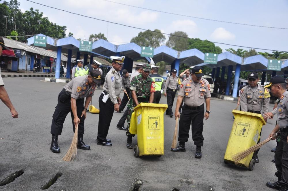 Pemkot dan Polres Kota Banjar Membersihkan Fasilitas Umum
