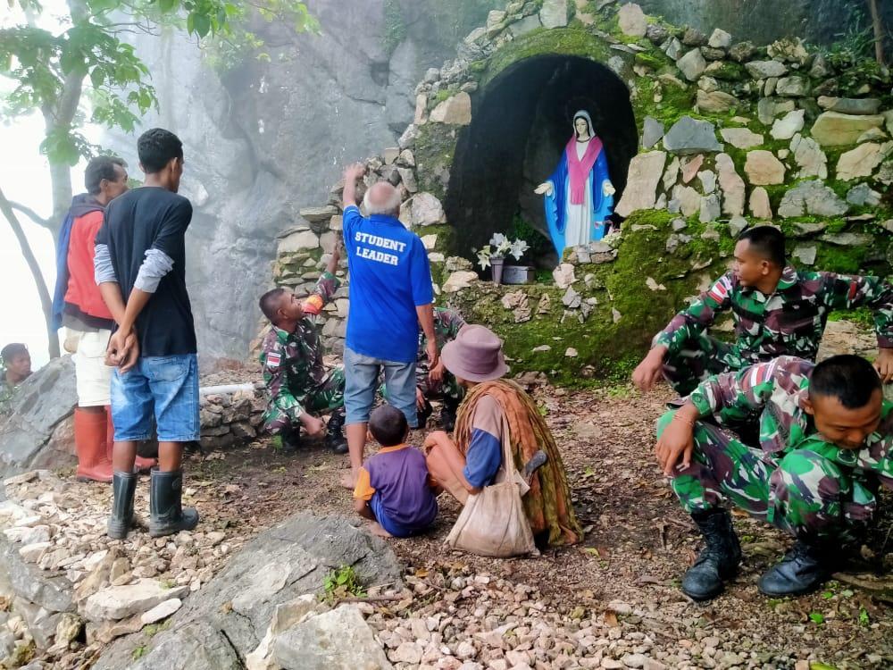 Wujud Kemanunggalan TNI Bersama Rakyat di Perbatasan, Satgas Yonif 132/BS, Gelar Karya Bakti di Dusun Oelbinose.