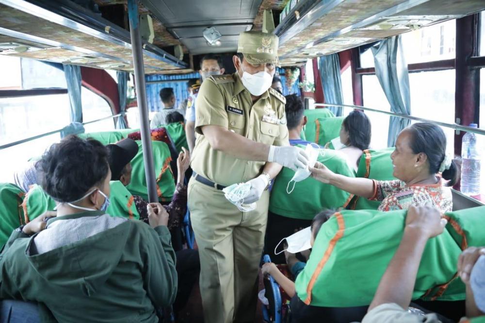 Aksi Antisipasi Covid-19,Kabupaten Rokan Hulu.    Bupati Rohul H Sukiman rela naik ke bus umum, bagikan master gratis pada penumpang.