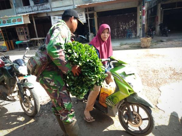 Syamsiah Cekatan Dalam Meracik Menu  Makanan untuk Satgas TMMD 107
