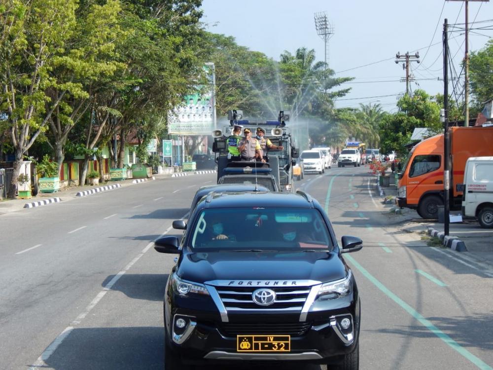Antisipasi Covid-19, Polres Kampar Semprotkan Disinfektan di Kota Bangkinang Dengan Mobil AWC