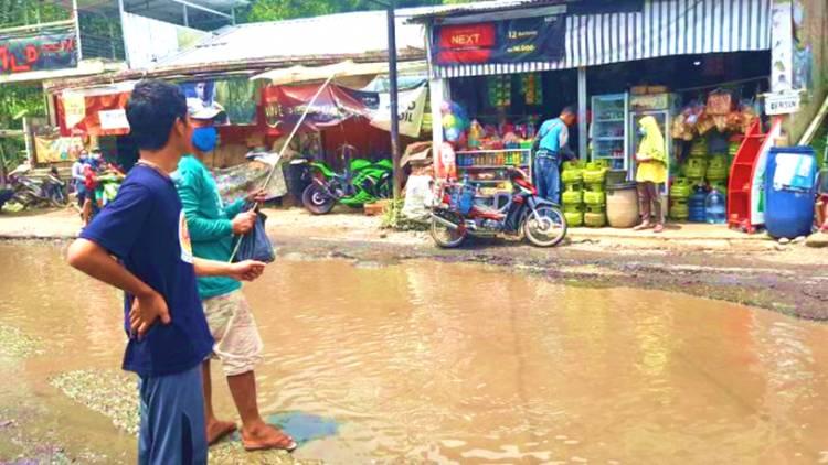 Aksi Unik Warga Protes Jalan Rusak, Kubangan Jalan di Tebar Ikan Lele Capai 25 Kg lalu Dipancing