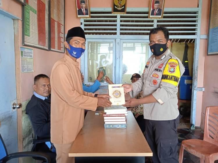 Polres Inhil Wakafkan Al-Qur'an dan Material Bedah Rumah kepada Masyarakat Desa Teluk Nibung