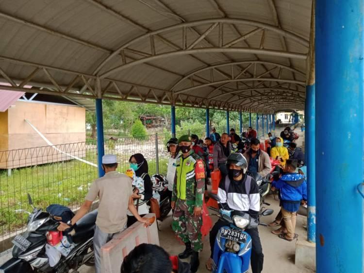 Babinsa Gelar pendispiln Protokol  Kesehatan bagi penumpang kapal Roro